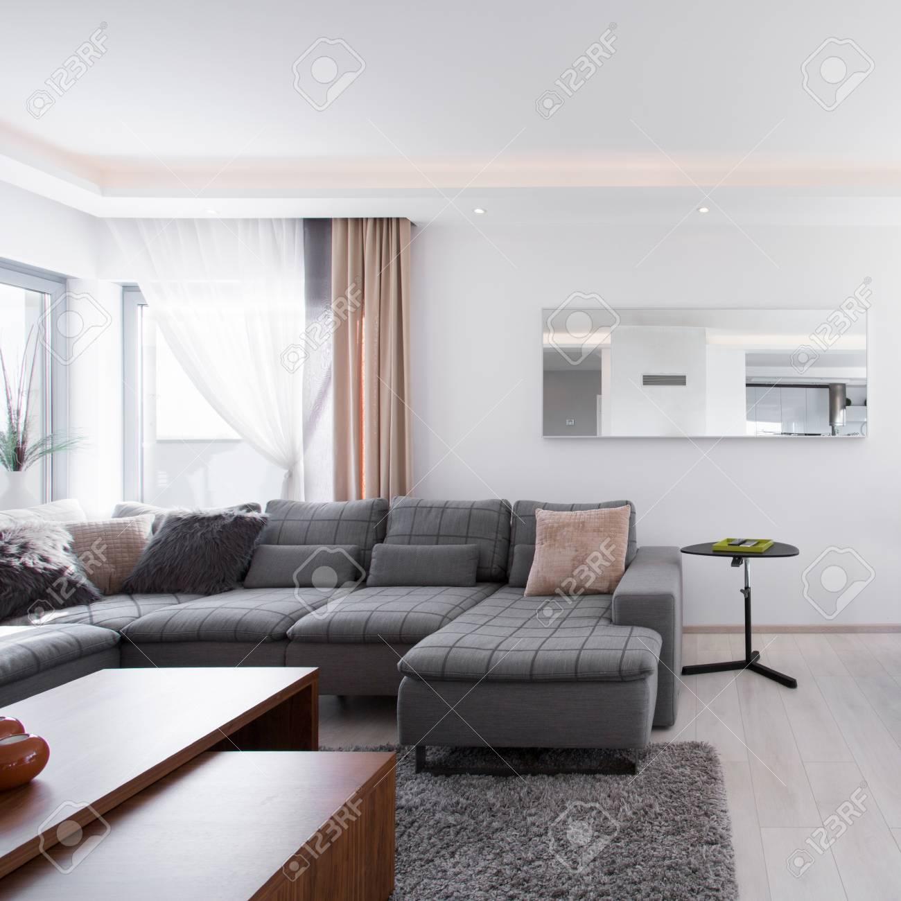Geräumiges Modernes Wohnzimmer Mit Großem Esstisch Aus Holz