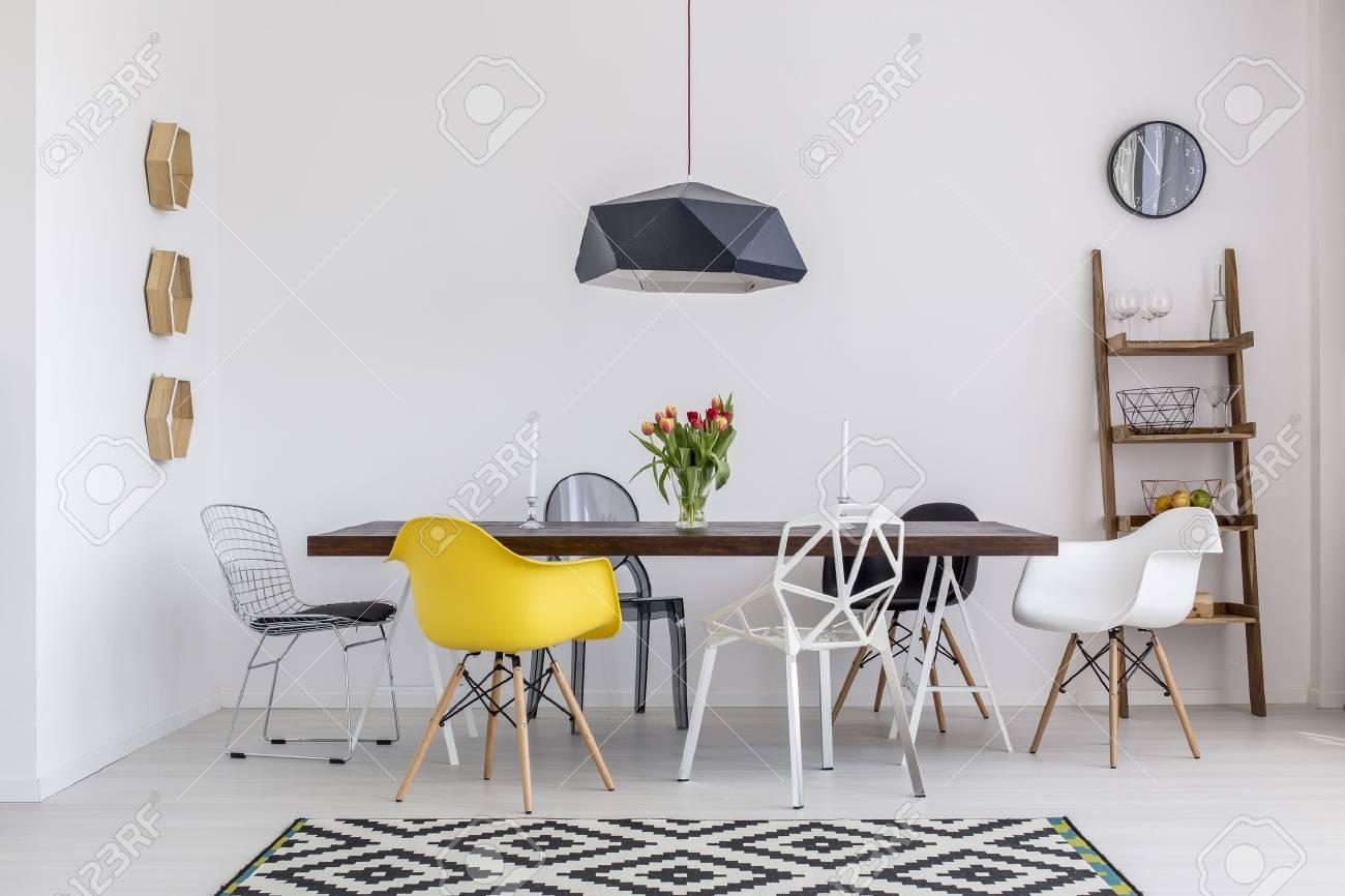 Comedor blanco hermoso con una gran mesa y sillas de diseño