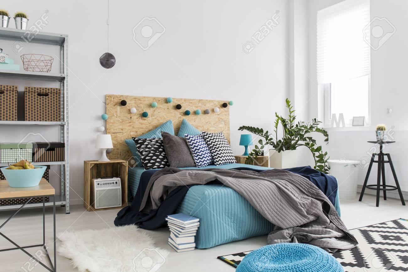 spaziosa camera da letto con un arredamento moderno con materiali ... - Arredamento Moderno Naturale