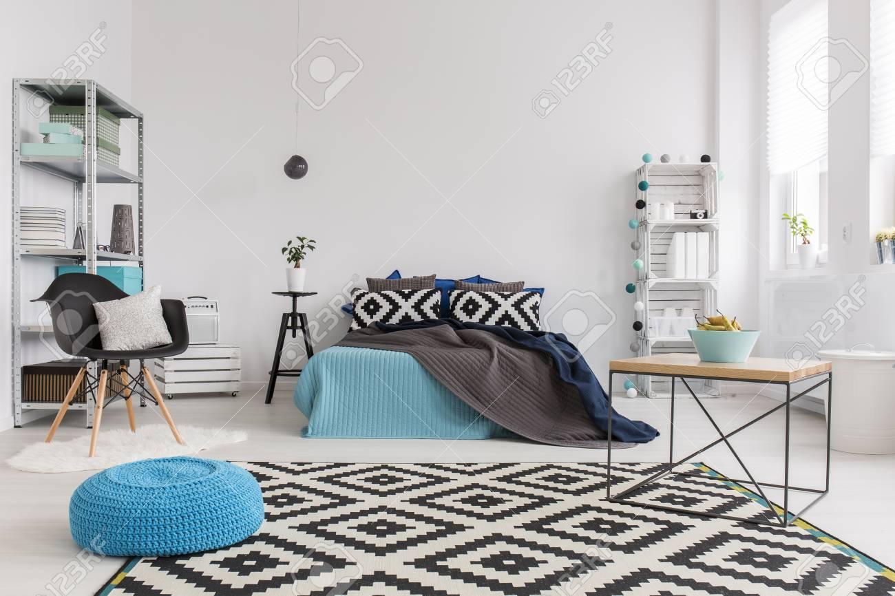 Chambre Très Lumineuse Et Spacieuse Moderne Avec Un Grand Tapis Noir ...