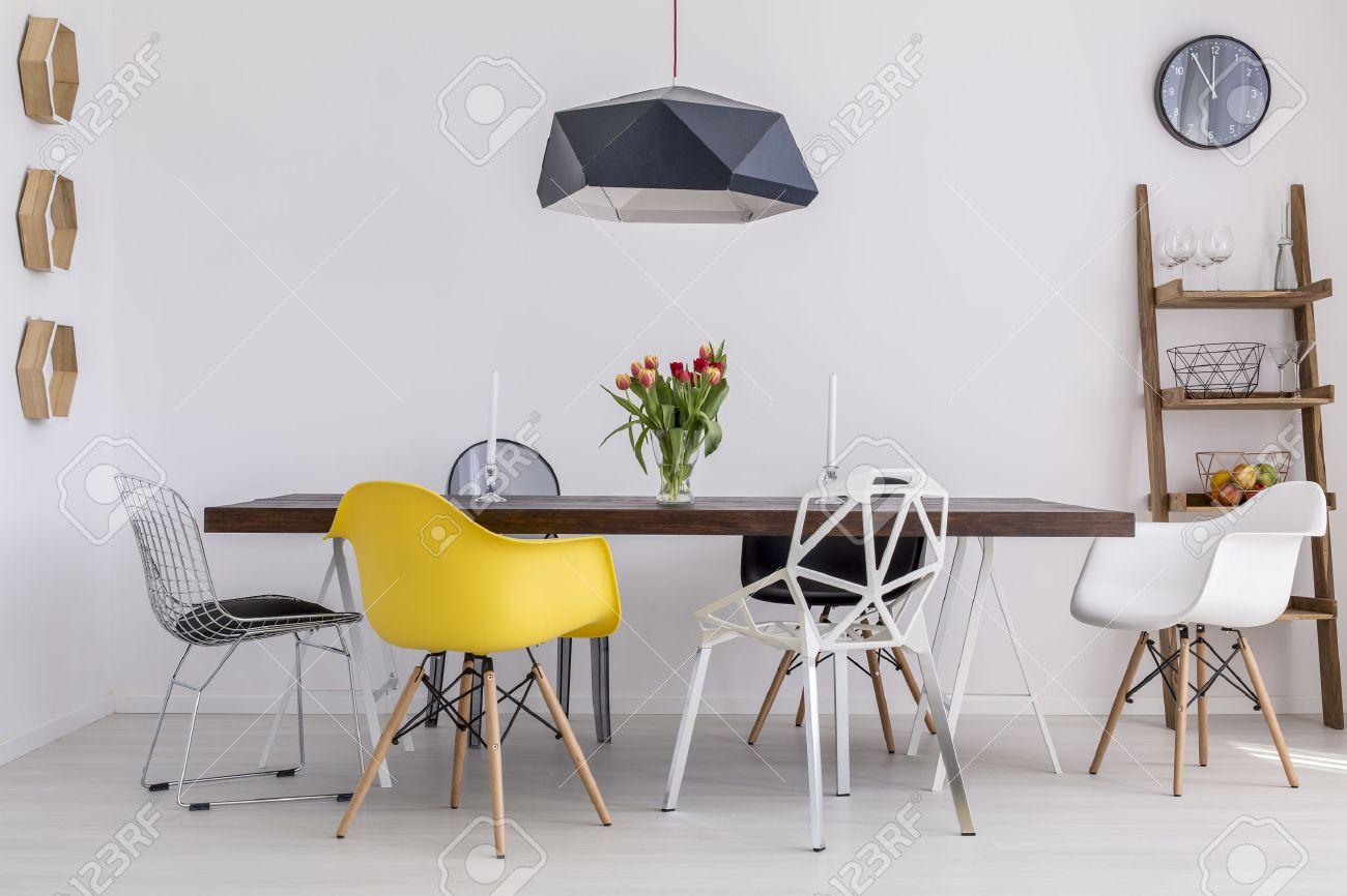 Solide Grande Table Entouree De Chaises Design Dans Une Salle A