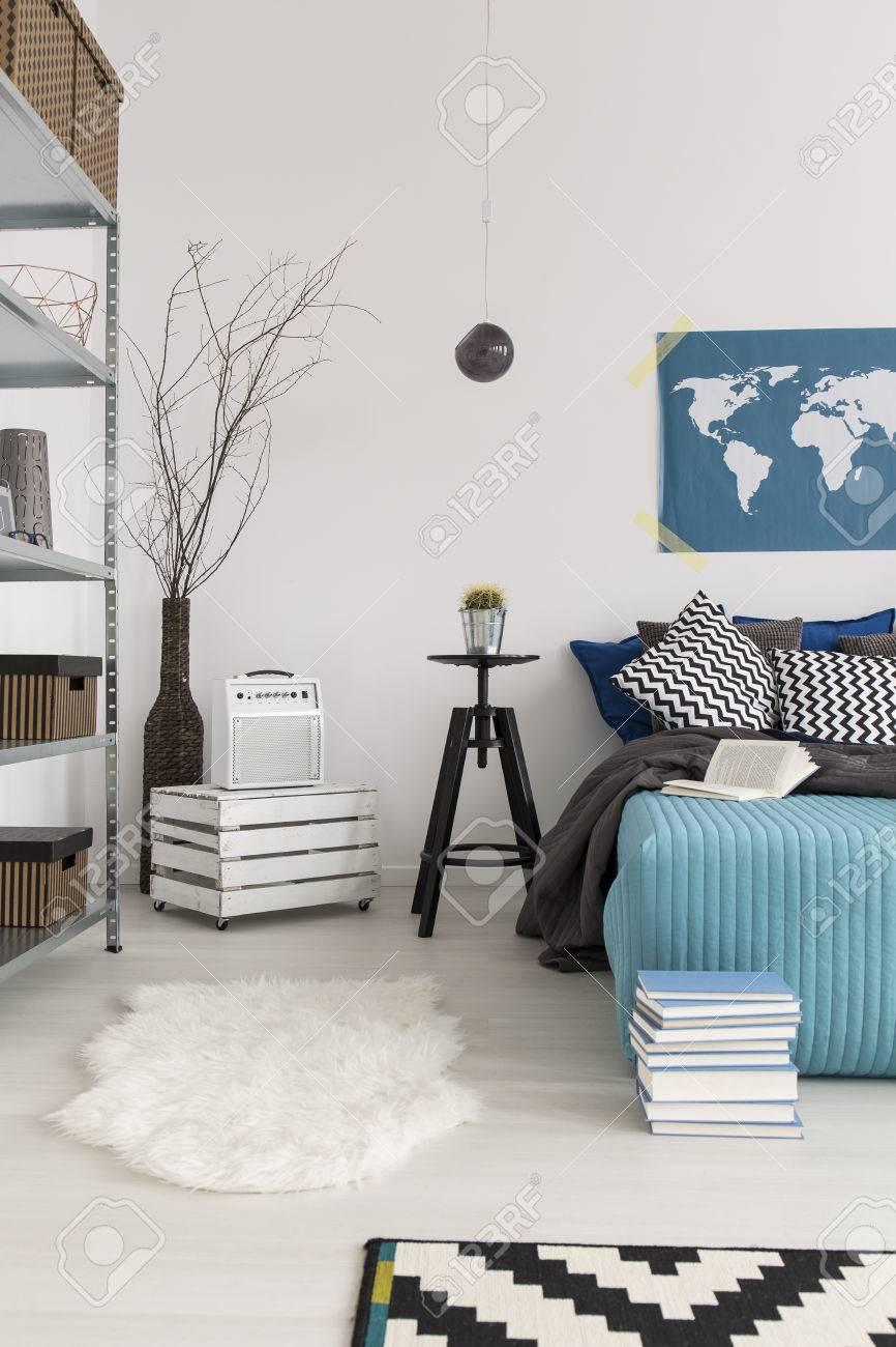 Schlafzimmer-Dekor In Hellen Farben, Mit Pelzigen Teppich, Holzkiste ...