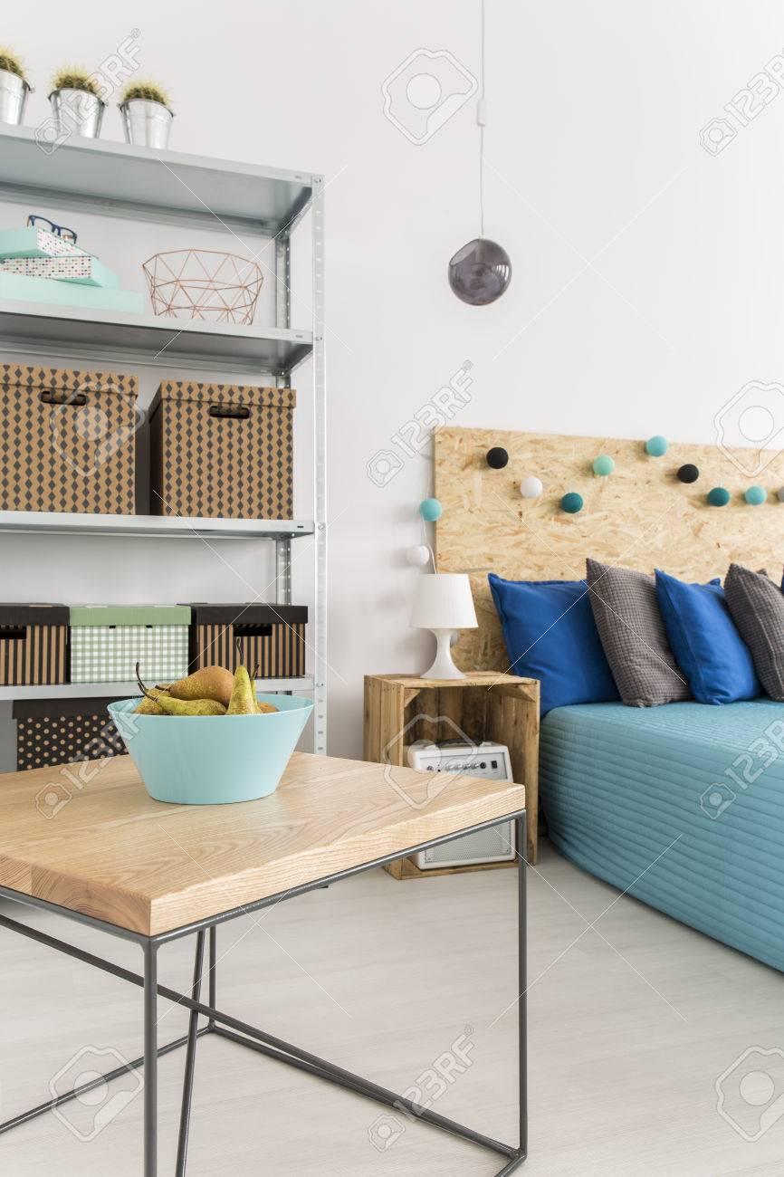 Chambre design moderne, avec table en bois et métal café, grille métallique  et table de chevet bricolage et lit panneau