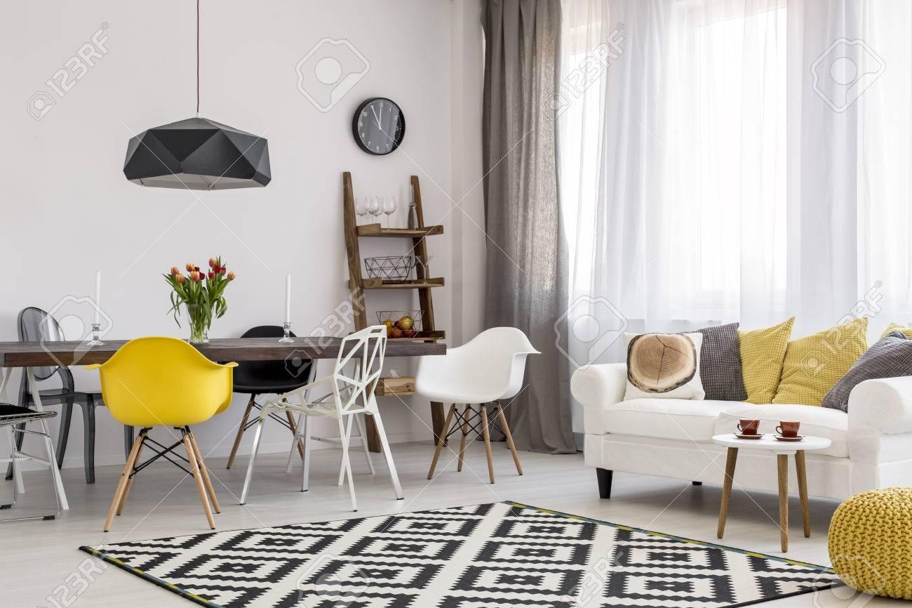 Amplio Comedor Y Sala De Estar En Blanco Y Negro Con Un Moderno ...