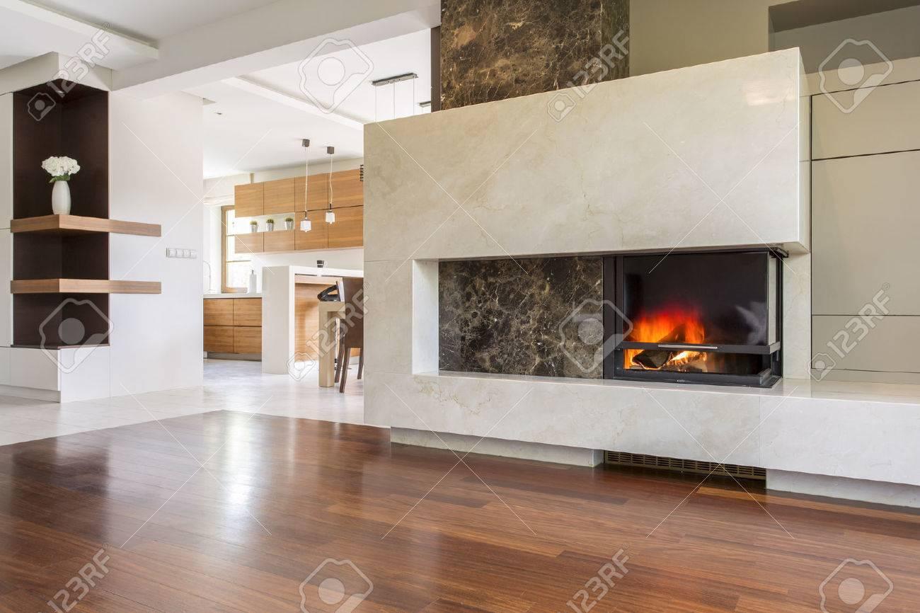 Marmor Kamin In Einem Grossen Wohnzimmer Mit Getafelten Boden