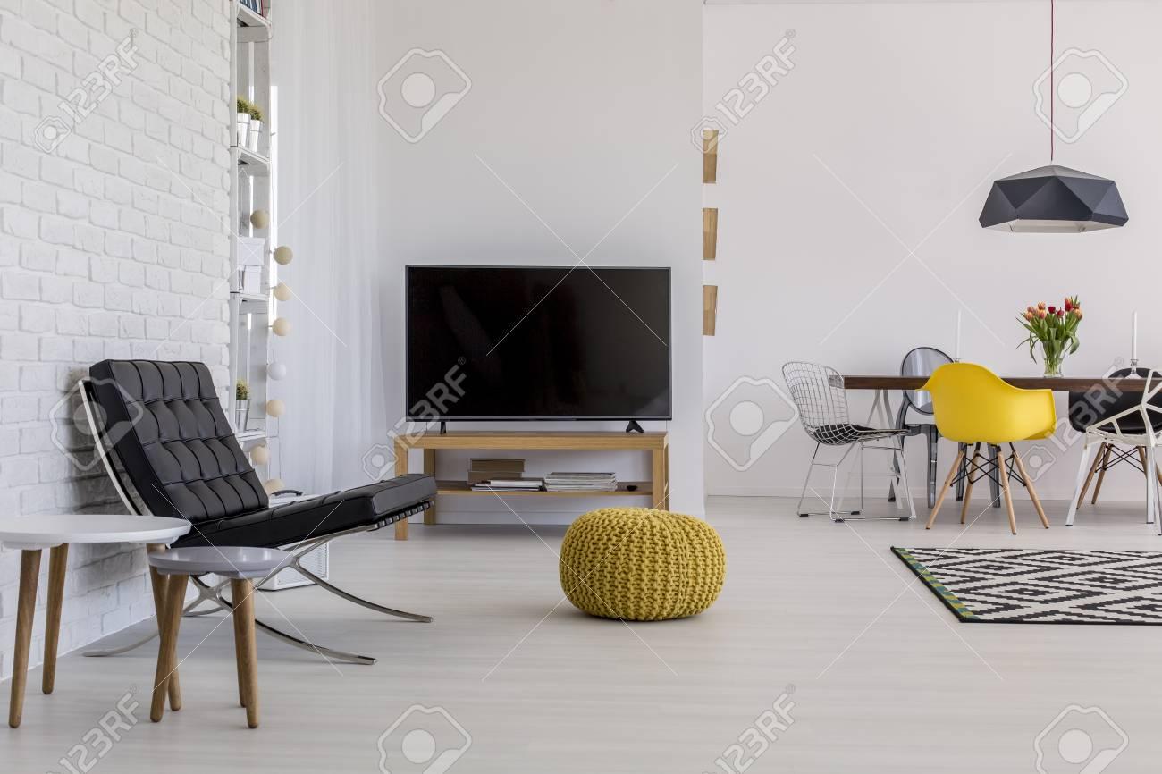 Très Lumineux Salon Moderne Avec Mur De Briques Blanches, Plancher ...