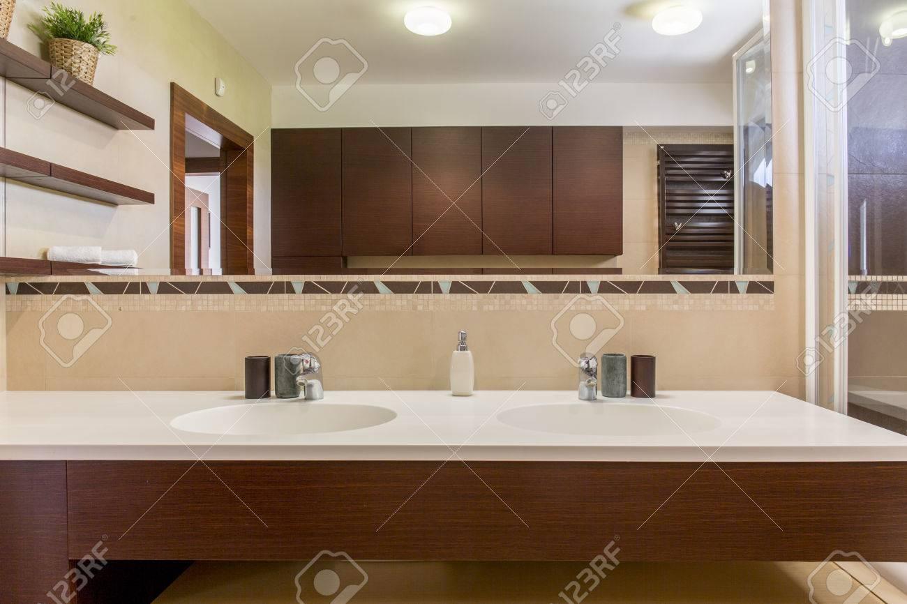Moderno Cuarto De Baño Espacioso Con Dos Lavabos Y Un Espejo Grande ...