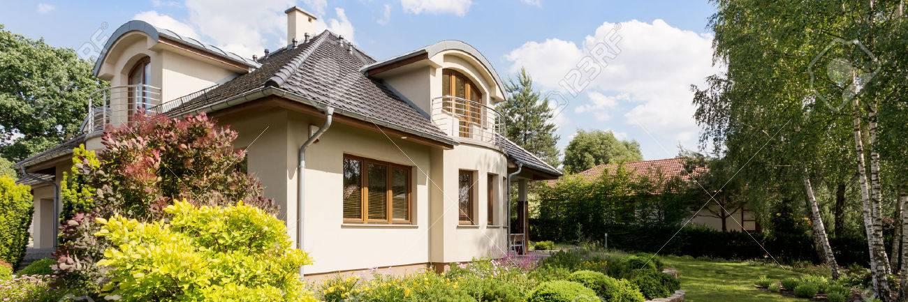 Plan Panoramique D Une Maison Exterieur Moderne Avec Un Beau Jardin