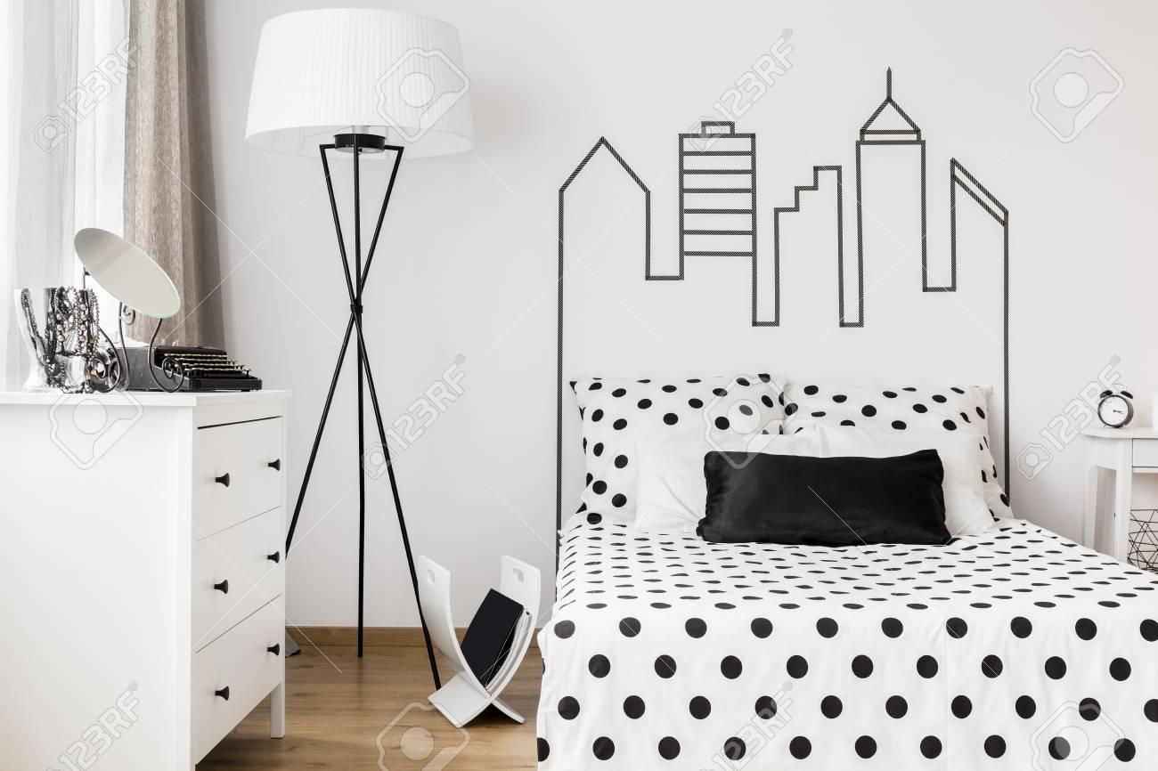 Camera Da Letto Bianco E Nero : Immagini stock la camera da letto della donna nei colori bianco e