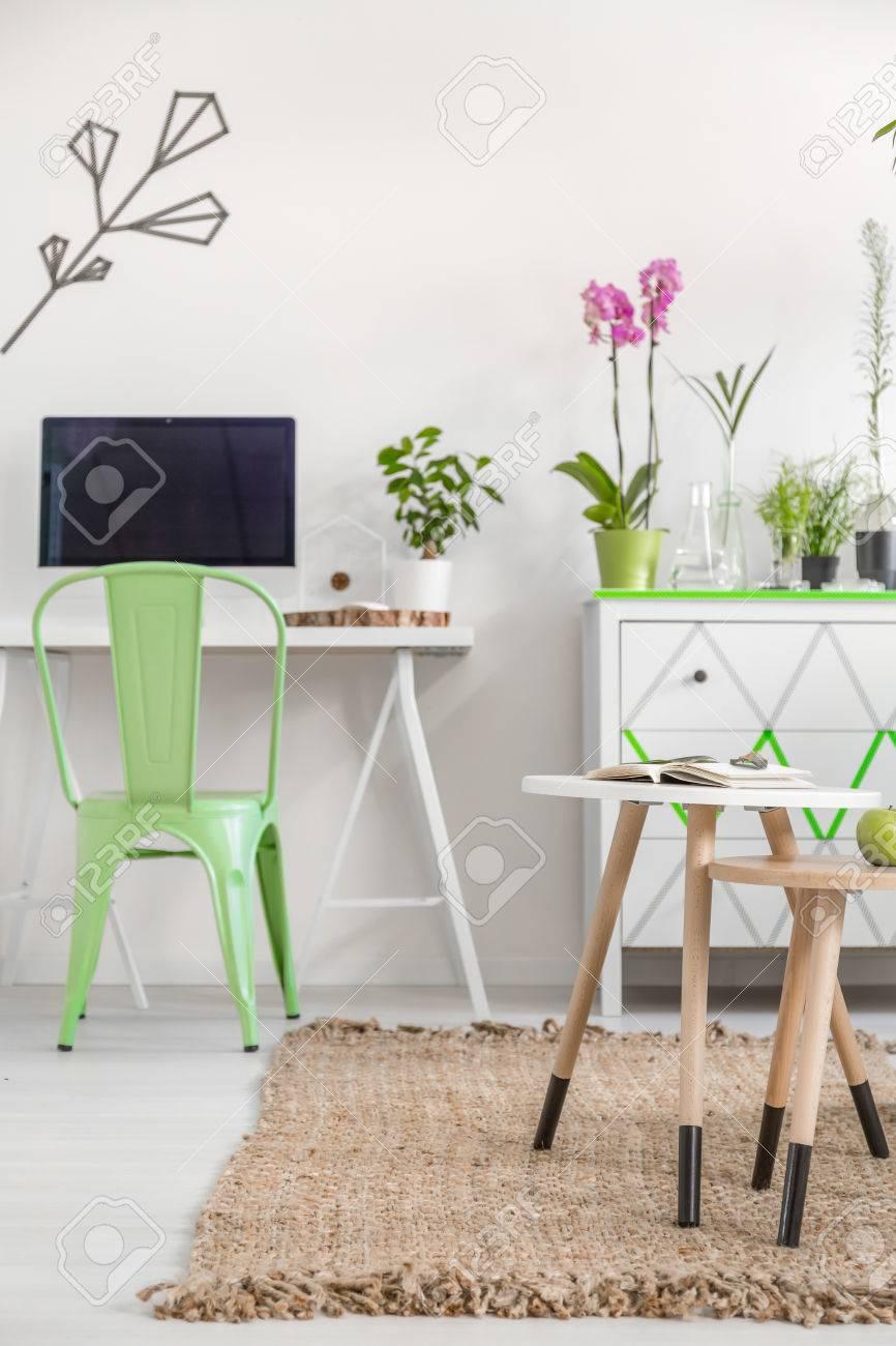Moderne Wohnung In Weiss Mit Einfachen Schreibtisch Stuhl Computer