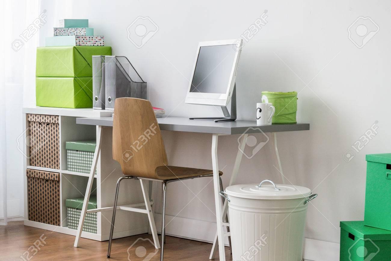 Coin bureau de la chambre d un adolescent avec un ordinateur de