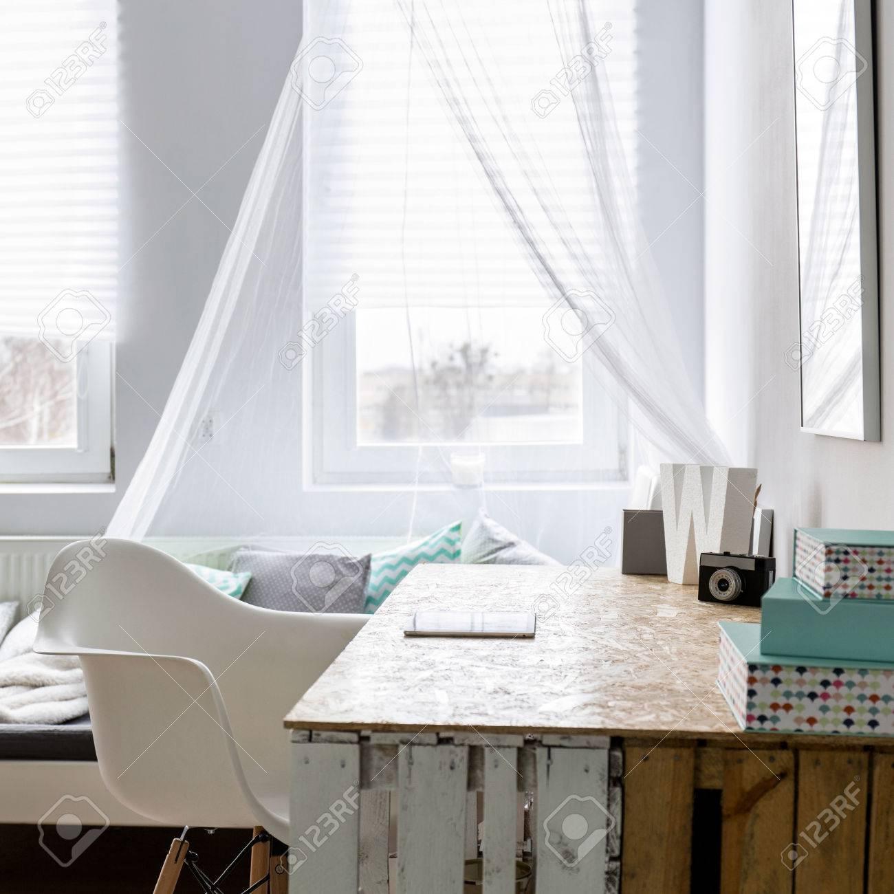 Helle Und Geräumige Schlafzimmer Und Arbeitszimmer Kombiniert Standard Bild    61865907