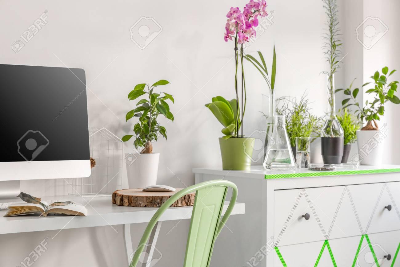 Weiss Home Office Mit Schreibtisch Stuhl Computer Kommode Und