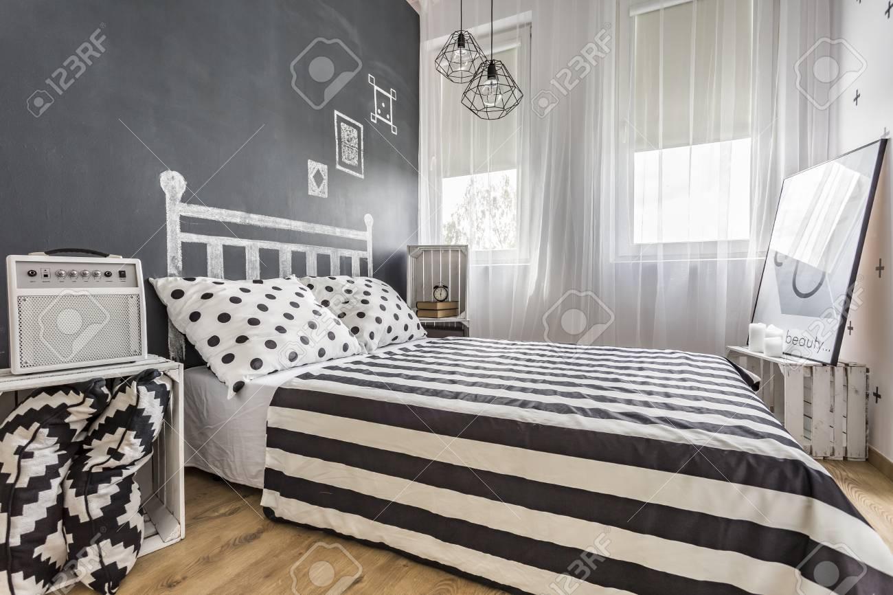 Geräumiges Neues Schlafzimmer Mit Tafelwand, Fenster Und Großem Bett ...
