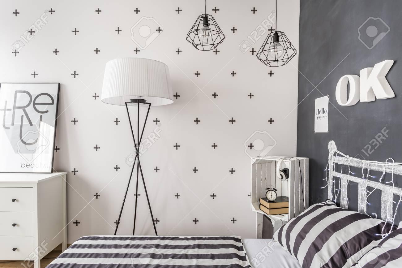 Neuer Stil Schlafzimmer Mit Tafel Wand Muster Bettwasche Und Einfache Stehlampe Lizenzfreie Fotos Bilder Und Stock Fotografie Image 62010675