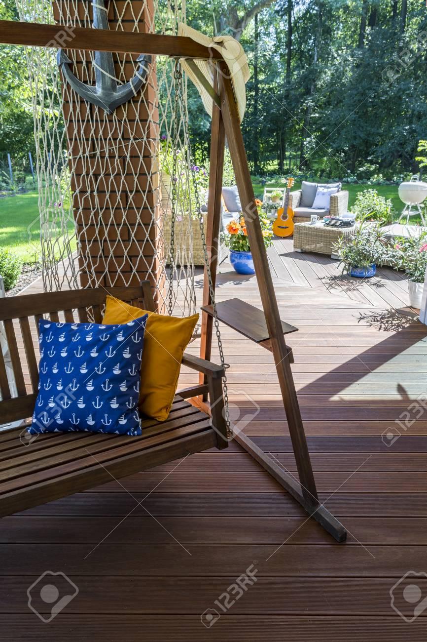 Columpio De Jardn De Pie En Una Terraza De La Villa Con Suelos De