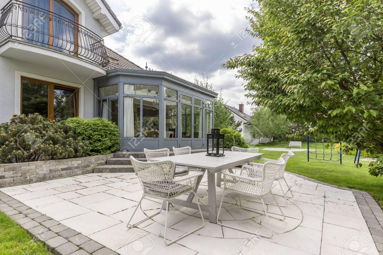 Weiß Vintage Gartenmöbel In Beton Gartenterrasse Lizenzfreie Fotos