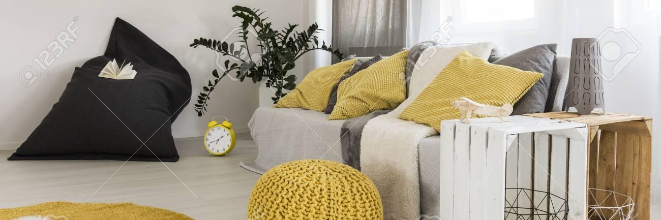 Sala Con Cojines De Color Amarillo En Una Mesa De Sofá, Puf Y Café ...
