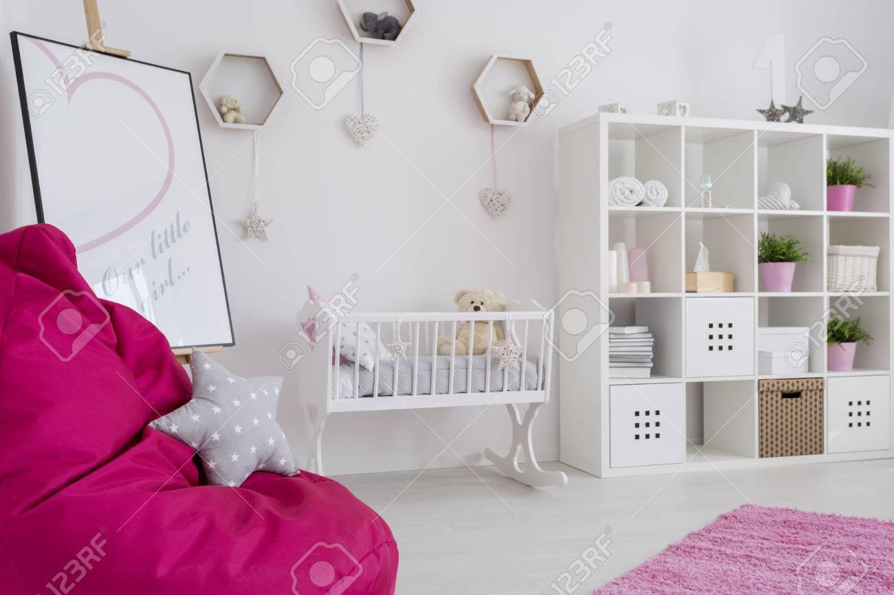 Baby Girl Chambre Aux Couleurs Pastel Avec Un étui De Livre, Berceau ...