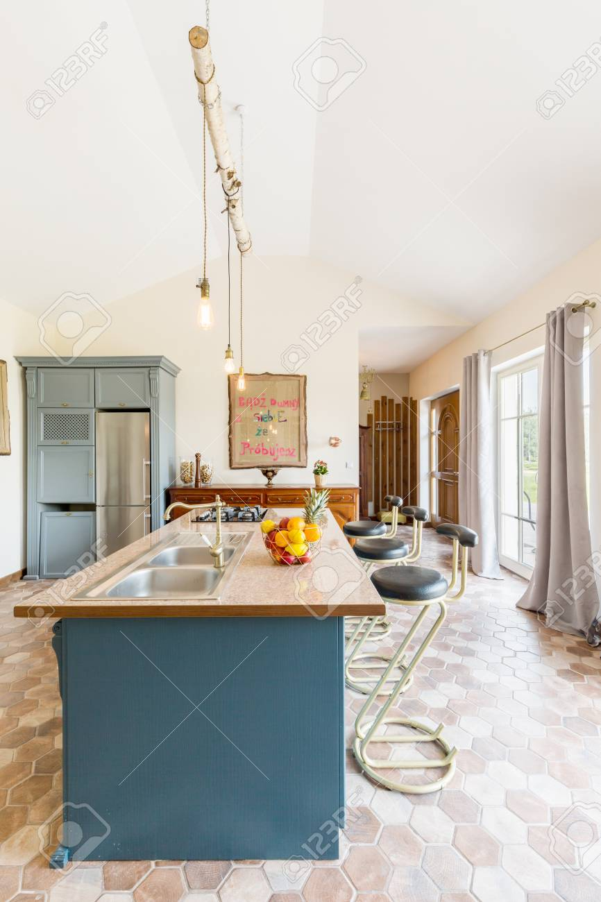 Moderne Küche Interieur Mit Kochinsel Mit Stühlen In Der Mitte ...