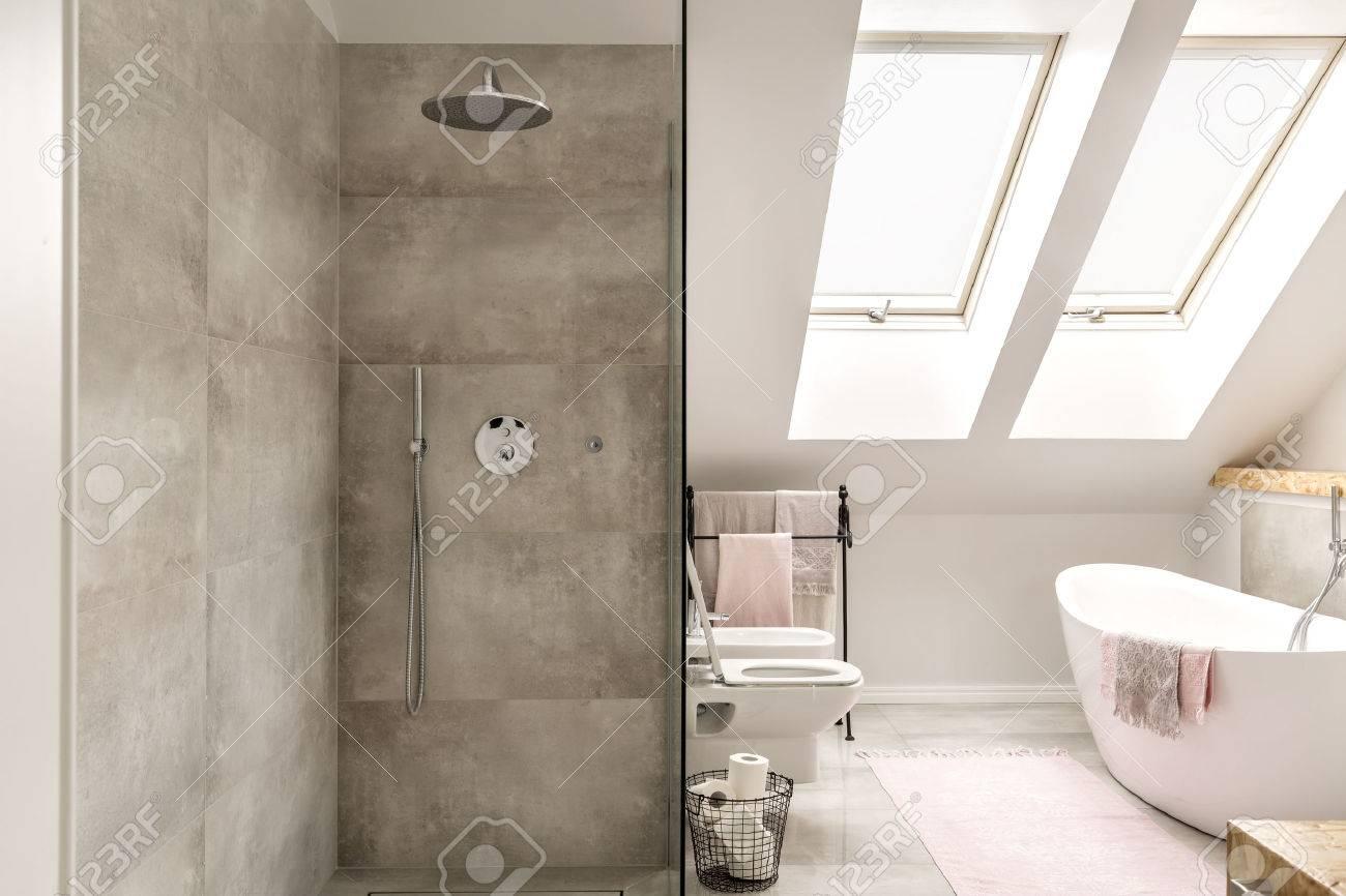 Attique moderne douche bains béton et bain autoportant banque d