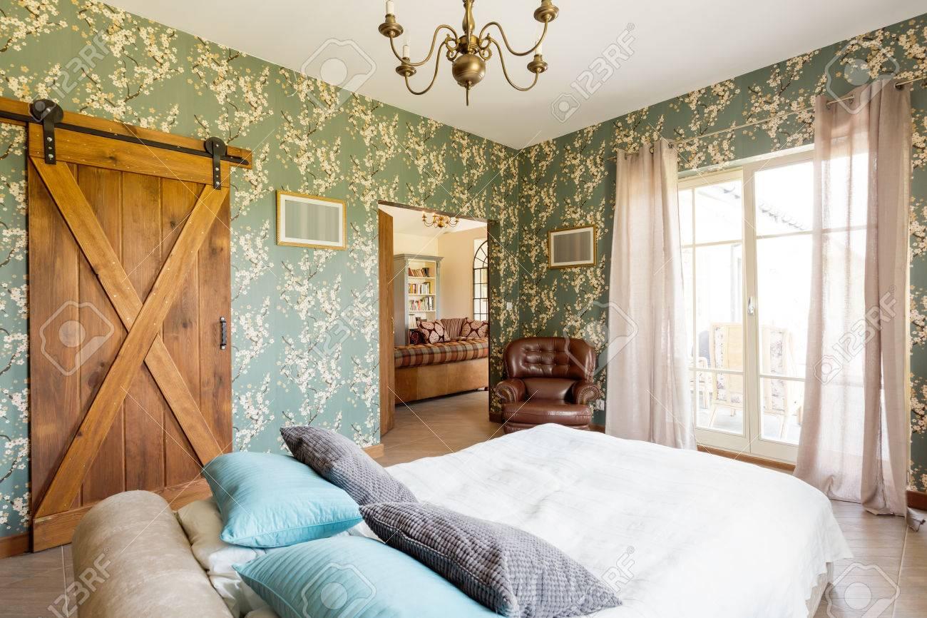 geraumiges wohnzimmer interieur mit landhausstil mobel ledersessel ehebett mit kissen terrasse eintrag und