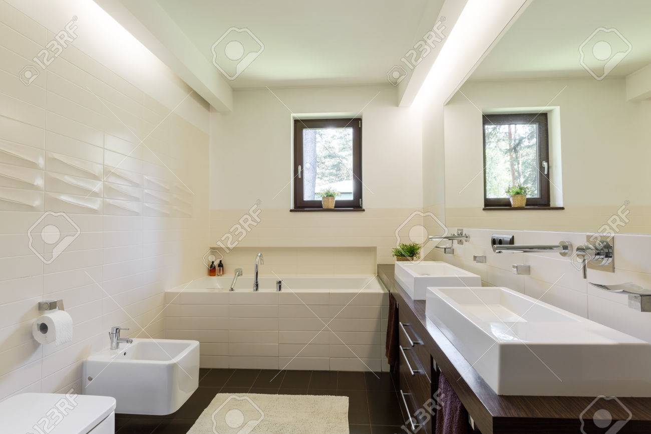Modern Bathroom In Brown And Vanilla With Tiles Of Interesting ...