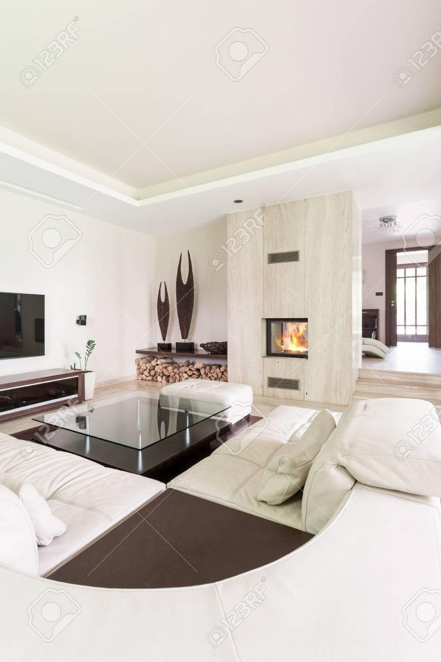 Splendid Wohnzimmer Mit Einem Großen Leder-Lounge, Travertin Kamin ...