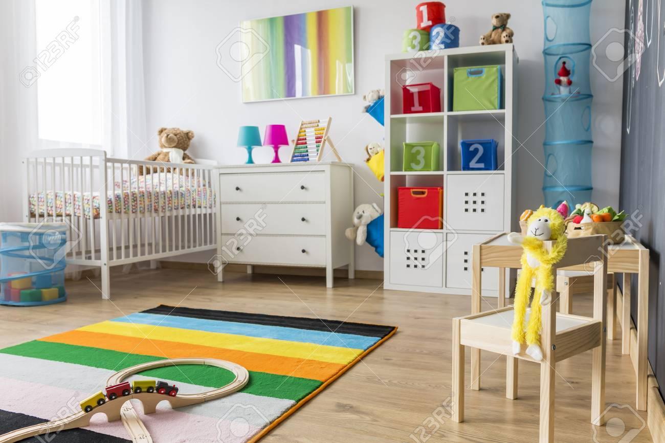 Geraumiges Babyzimmer Mit Minimalistischen Mobeln Spielzeug Und