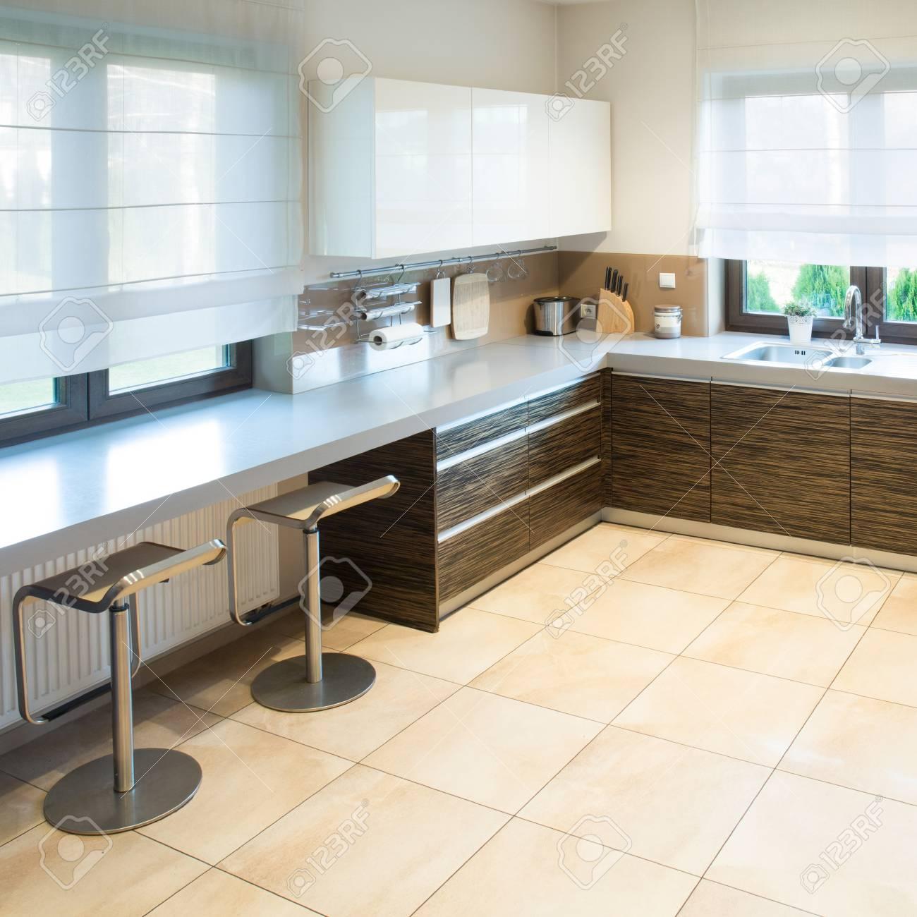 Cuisine Moderne Spacieuse Avec Un Petit Espace Salle à Manger Banque ...