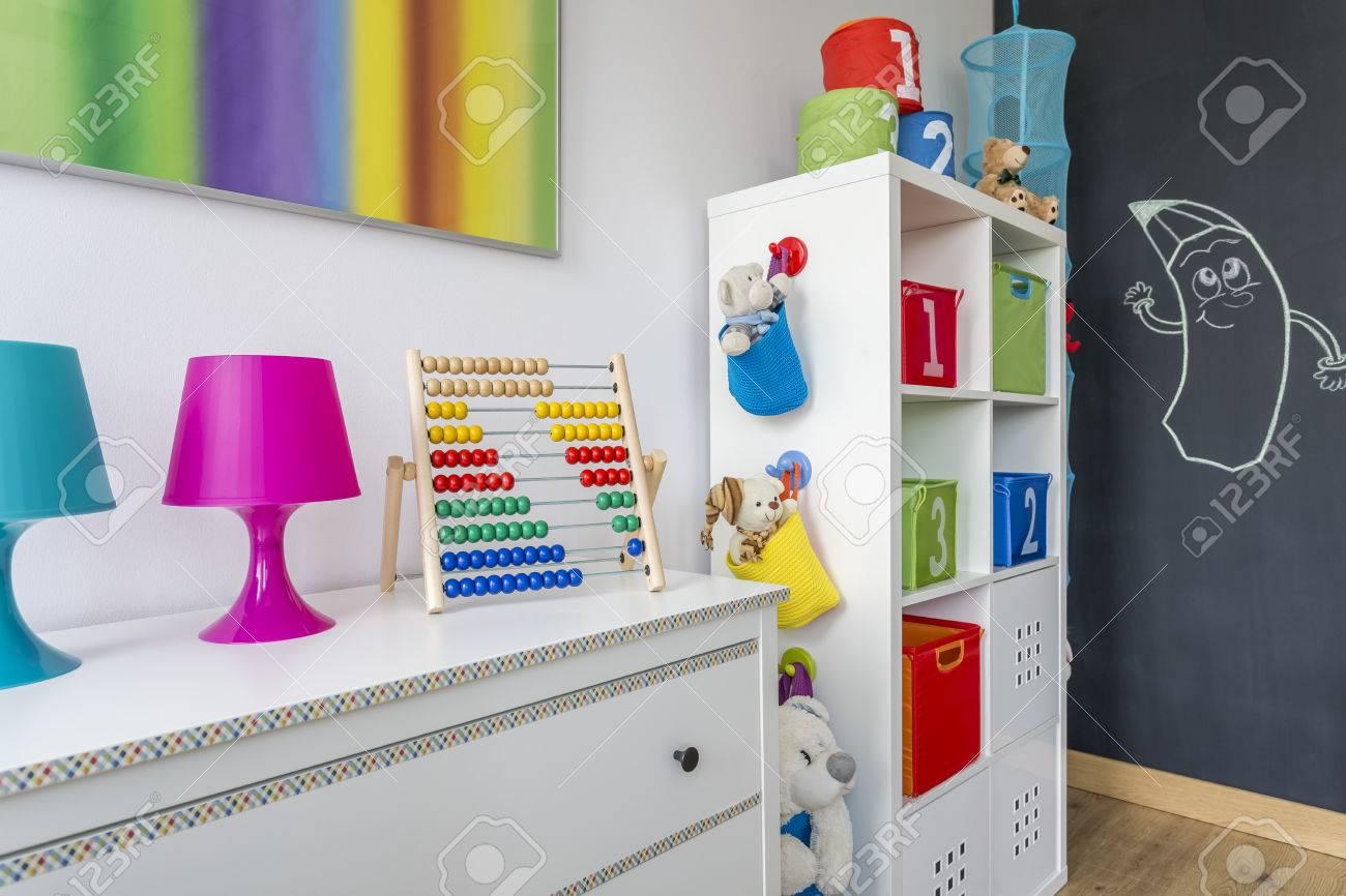 Chambre Enfant Lumineux Avec Des Meubles Blancs, Boîtes Colorées Et ...