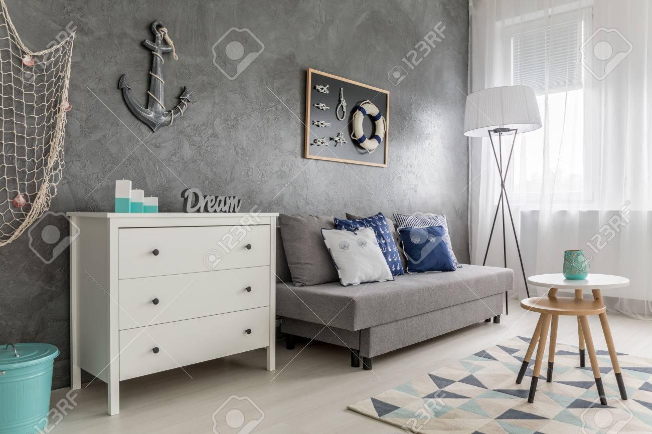 https://previews.123rf.com/images/bialasiewicz/bialasiewicz1609/bialasiewicz160900186/62279598-vivre-int%C3%A9rieur-de-la-chambre-avec-commode-blanc-canap%C3%A9-fen%C3%AAtre-et-filet-de-p%C3%AAche-sur-le-mur.jpg