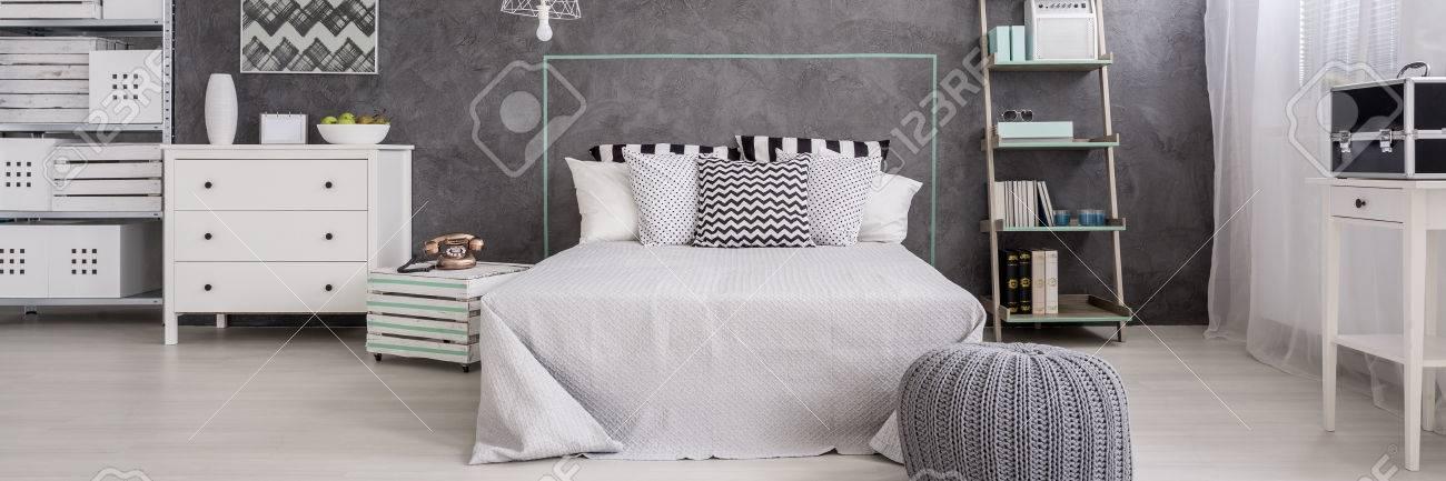 Helles Schlafzimmer Mit Ehebett Weiss Kommode Rack Und Cyan Wand