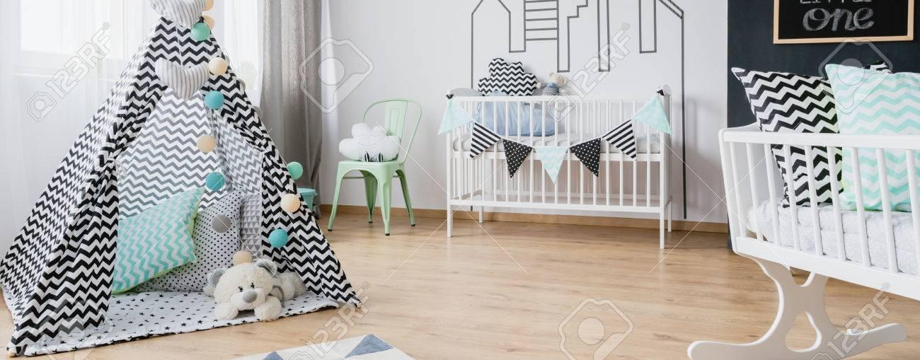 Sala De Bebé Hermoso Con La Tienda Del Juego, Cuna Blanca, Cuna Y ...