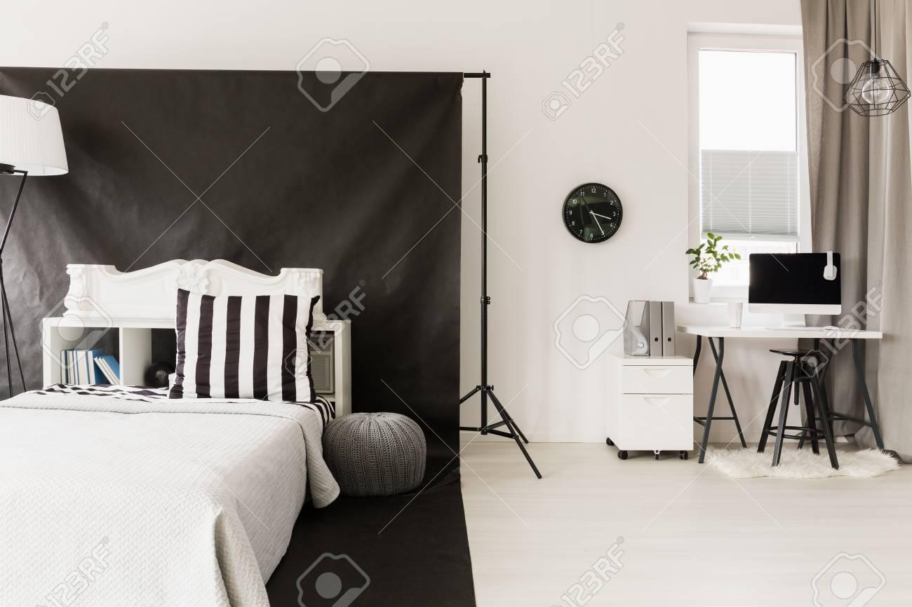 Accueil intérieur en noir et blanc avec couchage et espace de
