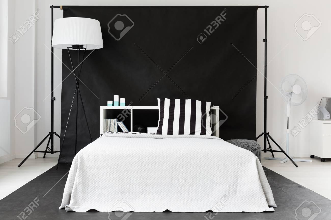 Neue Schwarz-Weiß-Schlafzimmer In Kreativen Stil Mit Großem Bett ...