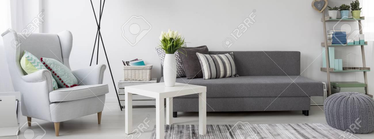 Gemütliche sessel wohnzimmer  Wohnzimmer Interieur Mit Sofa, Couchtisch Und Einem Gemütlichen ...