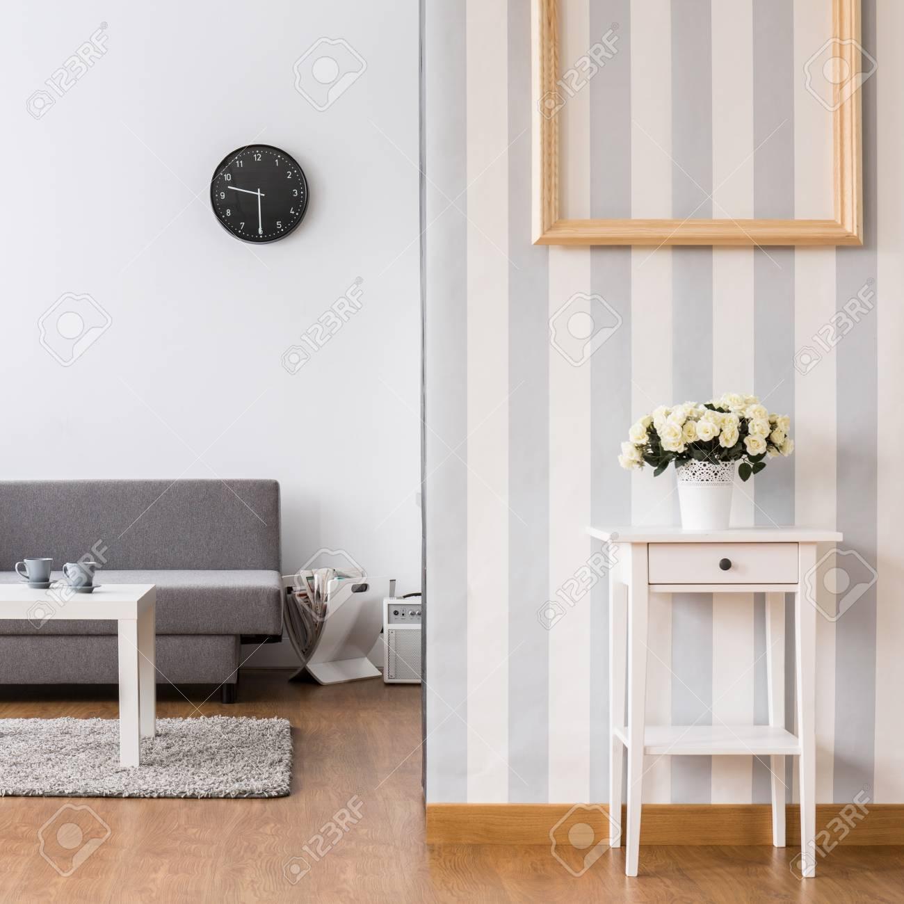Legant Salon Avec Canape Gris Et Petite Table Basse Interieur Lumineux Avec Revetement De Sol Et Papier Peint Decoratif