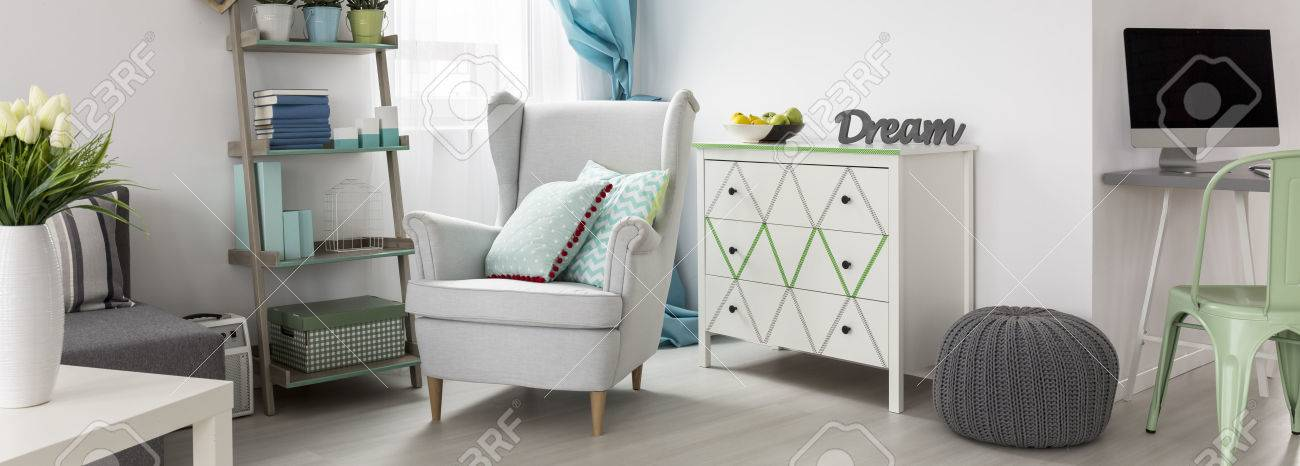 Das Gemutliche Zimmer Ecke Mit Weissen Kommode Bequemen Sessel Und