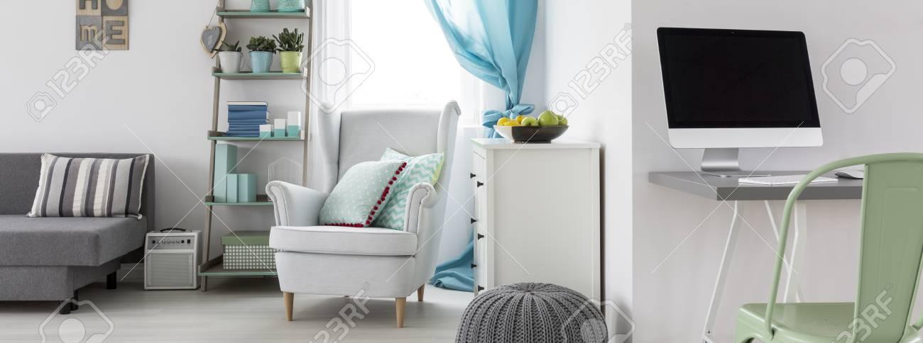Gemütliche sessel wohnzimmer  Wohnzimmer-Interieur Mit Home-Office-Bereich Und Gemütliche Sessel ...