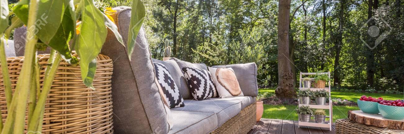 Gemütliche Veranda Mit Gartenmöbeln Und Blick Auf Einen Garten
