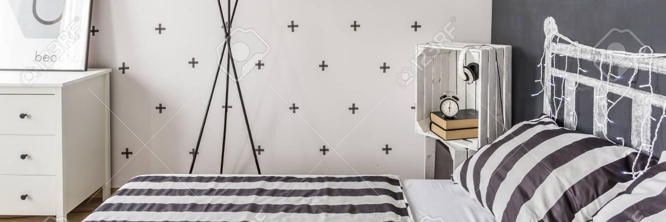 Papier peint décoratif noir et blanc dans la petite chambre