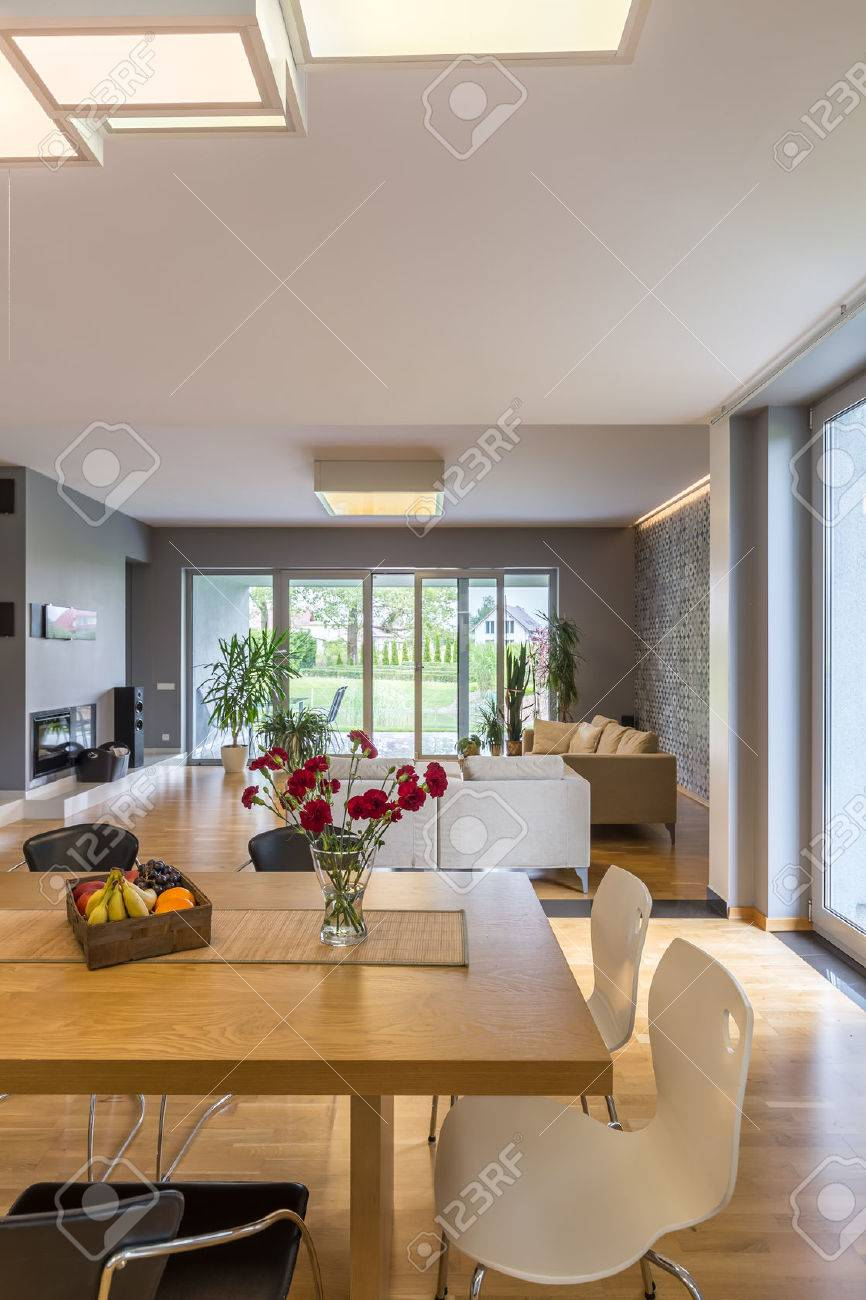 Offene Grundriss Wohnung In Grau Mit Essbereich Und Ein Geräumiges  Wohnzimmer Standard Bild   62764781