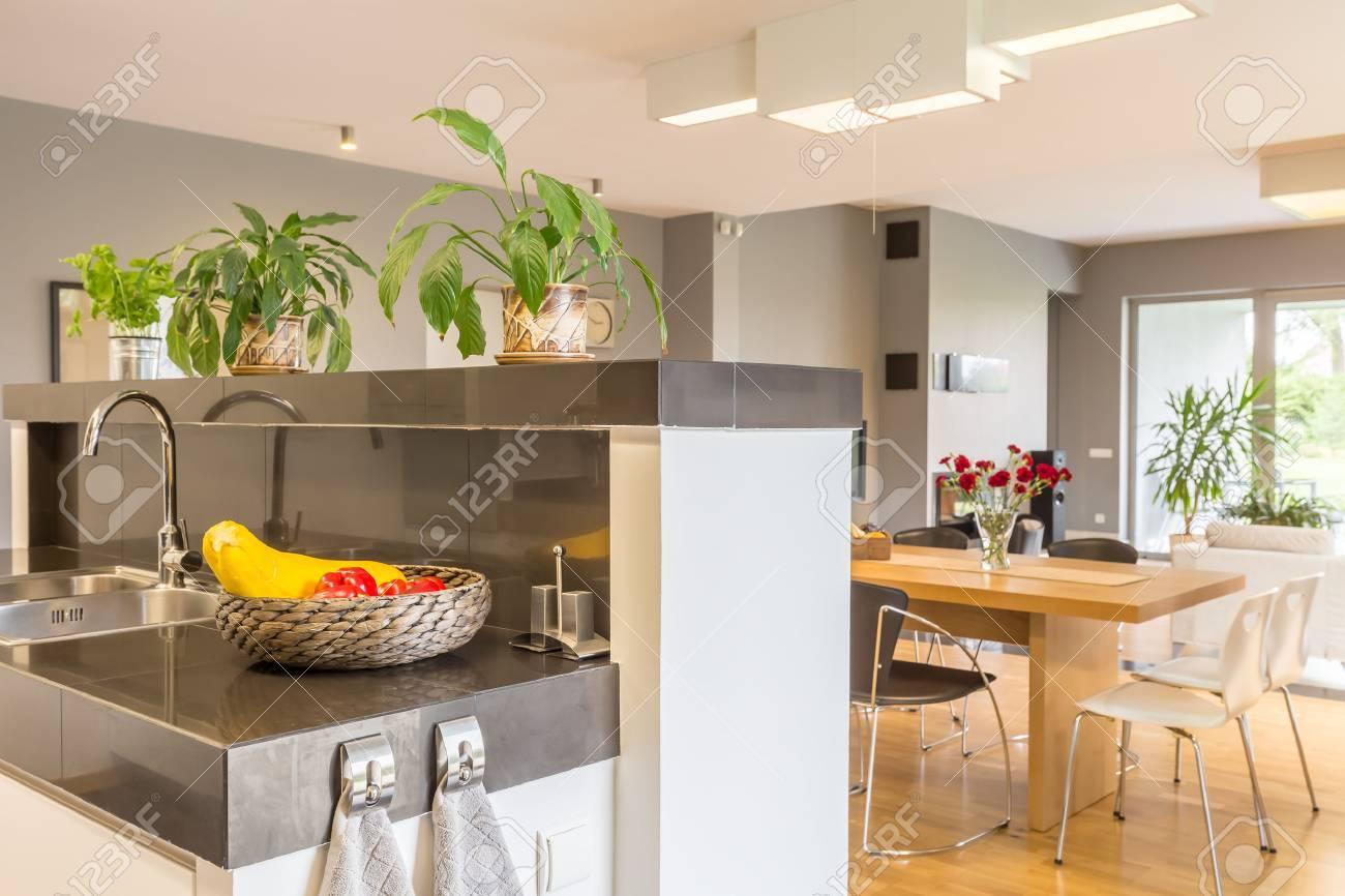 Hochglanz Moderne Küche Offen Für Einen Essbereich Lizenzfreie Fotos ...