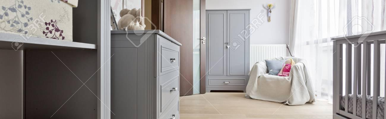 Banque Du0027images   Style Contemporain, Chambre Bébé Spacieuse Avec Mobilier  Gris, Fauteuil, Lit Et Fenêtre