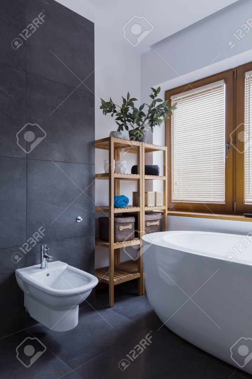 Modernes Badezimmer Mit Weissen Wanden Dunkelgrau Fliesen