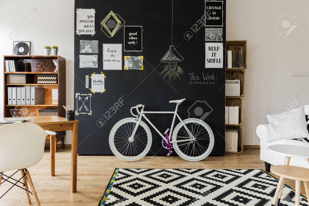 Cette Chambre Moderne Conçue Avec Un Mur Noir Avec Des Affiches De ...