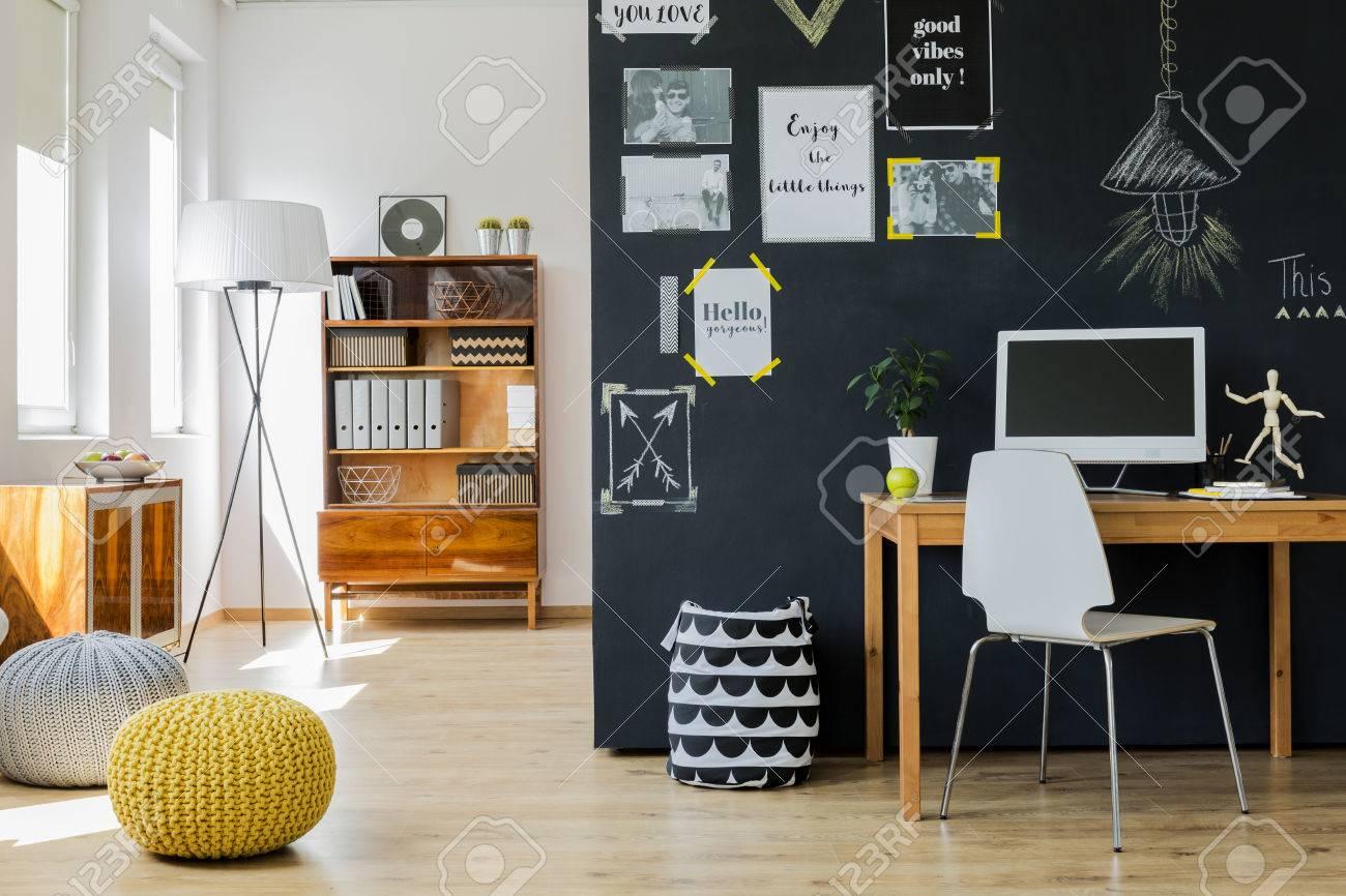 Moderne conçu lumineux avec un mur noir avec des affiches de
