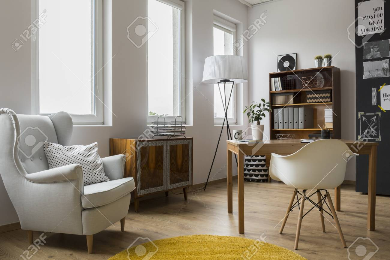 Modern interior de chambre conçue avec un fauteuil avec coussins