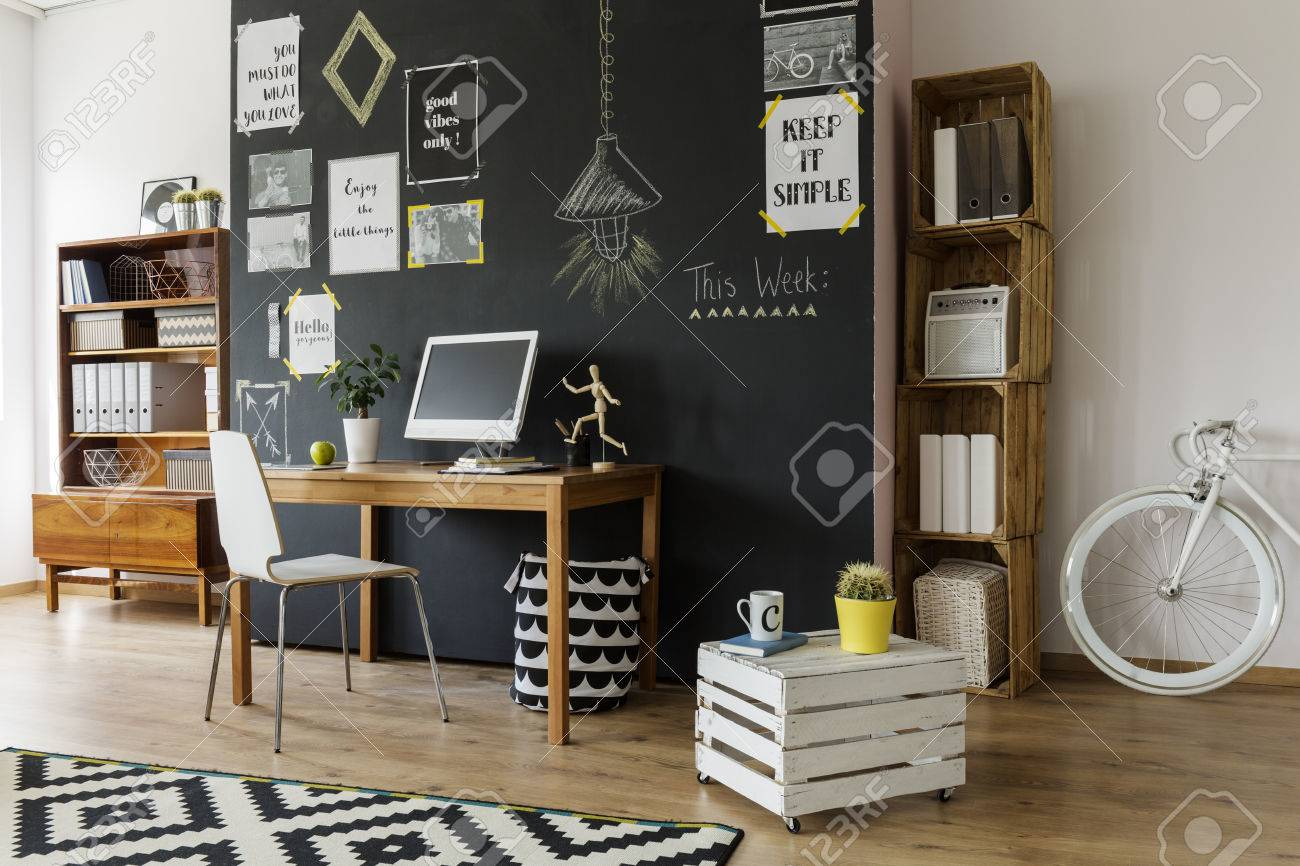 Modern Gestaltete, Helle Zimmer Mit Einer Schwarzen Wand Mit Motivplakate  Auf, Mit Holz